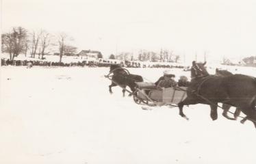 """2-oji Respublikinė tradicinės kultūros ir žirgų sporto žiemos šventė """"Bėk bėk, žirgeli!"""" (1979) - Pasivažinėjimas rogėmis"""