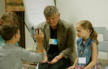 Jaunųjų kūrėjų dienos - Susitikimai su menininkais dirbančiais medijų srityje - Andrius Falkauskas su vaikais
