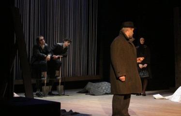 """Nacionalinės dramaturgijos festivalis """"Pakeleivingi″ (2016) - Rolandas Kazlas """"Atrask mane"""" - Aktoriai iš kairės į dešinę: Dainius Tarutis, Imantas Precas, Arnoldas Jalianiauskas, Sigita Mikalauskaitė"""