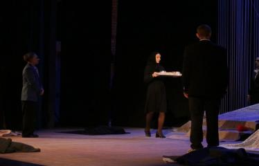 """Nacionalinės dramaturgijos festivalis """"Pakeleivingi″ (2016) - Rolandas Kazlas """"Atrask mane"""" - Spektaklio akimirka"""