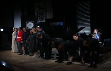"""Nacionalinės dramaturgijos festivalis """"Pakeleivingi″ (2016) - Gabrielė Tuminaitė """"Bedalis ir labdarys"""" - Spektaklio akimirka"""