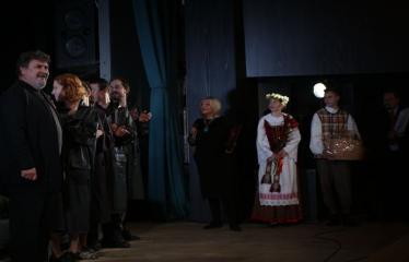 """Nacionalinės dramaturgijos festivalis """"Pakeleivingi″ (2016) - Gabrielė Tuminaitė """"Bedalis ir labdarys"""" - Anykščių Kultūros centro direktorė Dijana Petrokaitė sveikina aktorius po spektaklio"""