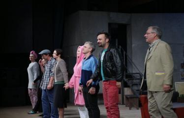 """Nacionalinės dramaturgijos festivalis """"Pakeleivingi″ (2016) - Paulius Ignatavičius """"Demokratija"""" - Aktoriai spektaklio pabaigoje nusilenkia publikai"""