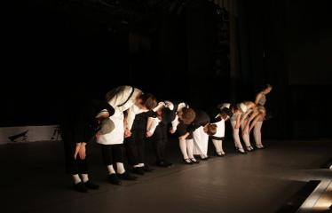 """Nacionalinės dramaturgijos festivalis """"Pakeleivingi″ (2016) - Agnė Dilytė """"Korektūros klaida"""" - Aktoriai spektaklio pabaigoje nusilenkia publikai"""