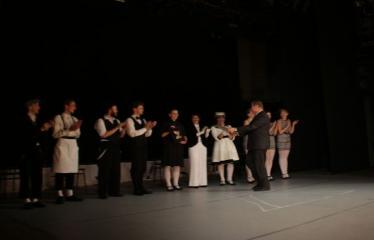 """Nacionalinės dramaturgijos festivalis """"Pakeleivingi″ (2016) - Agnė Dilytė """"Korektūros klaida"""" - Aktorius sveikina Anykščių miesto meras Kęstutis Tubis"""