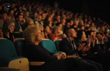"""Šventinis koncertas """"Ošimas…"""" - Publika, priekyje Dijana Petrokaitė"""