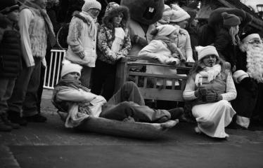 Miesto eglės įžiebimas - Kalėdų senelis pozuoja su zuikučiais