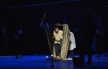 """Tarptautinis mėgėjų teatrų festivalis """"ARTimi"""" (2016) - Festivalio atidarymas - Spektaklio """"Čičinskas"""" akimirka, nuotraukoje aktorius Jonas Buziliauskas"""