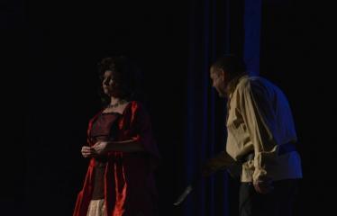 """Tarptautinis mėgėjų teatrų festivalis """"ARTimi"""" (2016) - Festivalio atidarymas - Spektaklio """"Čičinskas"""" akimirka, nuotraukoje aktoriai Jolita Novikienė ir Jonas Buziliauskas"""