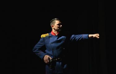 """Tarptautinis mėgėjų teatrų festivalis """"ARTimi"""" (2016) - Festivalio atidarymas - Spektaklio """"Čičinskas"""" akimirka, nuotraukoje aktorius Donaldas Vaičiūnas"""
