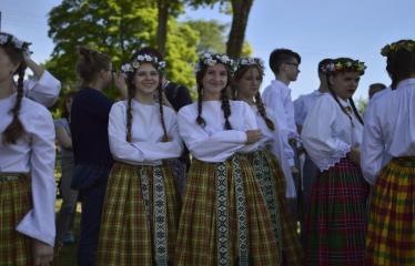"""37-oji Respublikinė tradicinės kultūros ir žirgų sporto šventė """"Bėk bėk, žirgeli!"""" (2016) - Šventės akimirka, merginos tautiniais rūbais"""