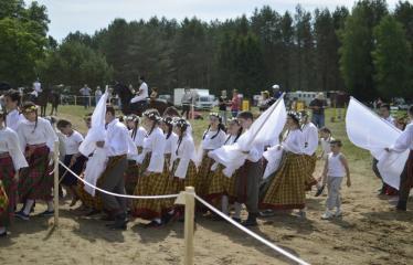 """37-oji Respublikinė tradicinės kultūros ir žirgų sporto šventė """"Bėk bėk, žirgeli!"""" (2016) - Vaikai tautiniais rūbais"""