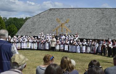 """37-oji Respublikinė tradicinės kultūros ir žirgų sporto šventė """"Bėk bėk, žirgeli!"""" (2016) - Etnografinių šokių ansamblių pasirodymas"""