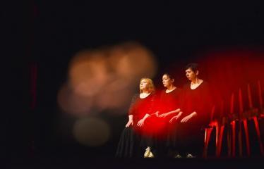 """Tarptautinis mėgėjų teatrų festivalis """"ARTimi"""" (2017) - Spektaklis """"Teatro fragmentas 1"""", """"Ateina ir išeina"""" - Aktorės iš kairės į dešinę: Svetlana Šerelienė, Javgenija Gnedova, Edita Ražanienė"""