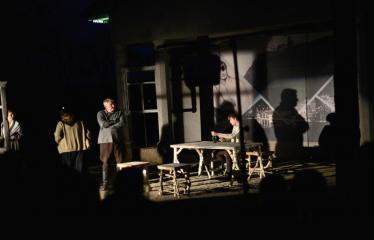 """Tarptautinis mėgėjų teatrų festivalis """"ARTimi"""" (2017) - Spektaklis """"Prieblandoje"""" - Aktoriai iš kairės į dešinę: I. Gražytė, A. Pajarskienė, Ž.P. Smalskas, G. Kazakevičius"""