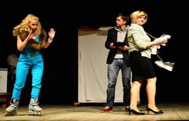 """Tarptautinis mėgėjų teatrų festivalis """"ARTimi"""" (2017) - Spektaklis """"Čiuožianti"""" - Aktoriai iš kairės į dešinę: Elita Medne, Andis Lacis (Latvija)"""