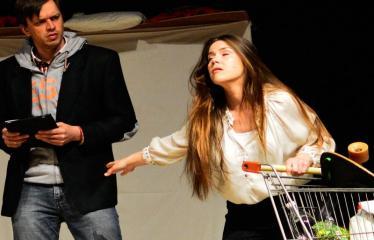 """Tarptautinis mėgėjų teatrų festivalis """"ARTimi"""" (2017) - Spektaklis """"Čiuožianti"""" - Aktoriai iš kairės į dešinę:  Andis Lācis, Ilze Cimermane (Latvija)"""