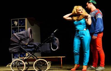 """Tarptautinis mėgėjų teatrų festivalis """"ARTimi"""" (2017) - Spektaklis """"Čiuožianti"""" - Aktoriai iš kairės į dešinę: Elita Medne, Normunds Karpičs (Latvija)"""