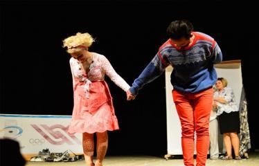 """Tarptautinis mėgėjų teatrų festivalis """"ARTimi"""" (2017) - Spektaklis """"Čiuožianti"""" - Aktoriai Elita Medne ir Normunds Karpičs (Latvija)"""