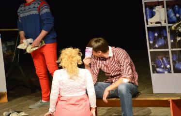 """Tarptautinis mėgėjų teatrų festivalis """"ARTimi"""" (2017) - Spektaklis """"Čiuožianti"""" - Aktoriai iš kairės į dešinę: Normunds Karpičs, Elita Medne, Andis Lācis (Latvija)"""