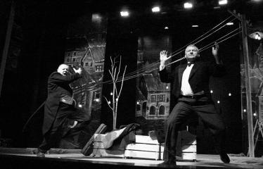 """Troškūnų vaikų ir jaunimo teatro studijos """"Mes"""" spektaklis """"Vienos nakties istorija"""" - Aktoriai Jonas Buziliauskas ir Žilvinas Pranas Smalskas"""