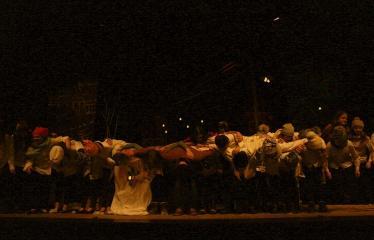 """Troškūnų vaikų ir jaunimo teatro studijos """"Mes"""" spektaklis """"Vienos nakties istorija"""" - Spektaklio pabaiga - nusilenkimas"""
