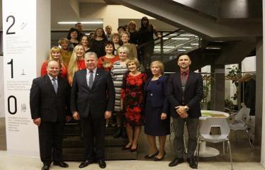 Bibliotekos 80-ojo gimtadienio šventė - Anykščių rajono meras Kęstutis Tubis fotografuojasi su bibliotekos kolektyvu