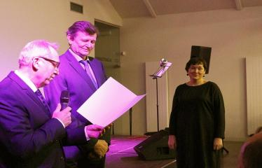 """Bibliotekos 80-ojo gimtadienio šventė - Bibliotekos jubiliejinis vakaras / Muzikinis sveikinimas """"Gražioji Amerikos klasika"""" - Padėkos raštus bibliotekos darbuotojams teikia seimo nariai Sergėjus Jovaiša ir Antanas Baura"""