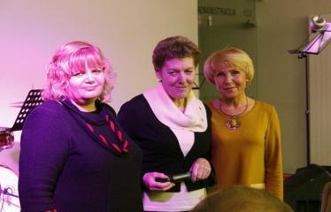 """Bibliotekos 80-ojo gimtadienio šventė - Bibliotekos jubiliejinis vakaras / Muzikinis sveikinimas """"Gražioji Amerikos klasika"""" - Dešinėje kraštotyrininkė, bibliografė Audronė Berezauskienė"""