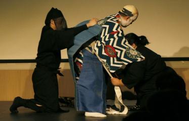 Japoniškų šokių, tradicinio teatro grimo ir kimono pristatymas - Takamasa Fudžima velkasi kostiumą