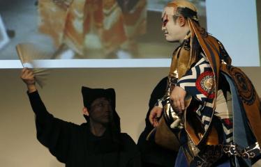 Japoniškų šokių, tradicinio teatro grimo ir kimono pristatymas - Aktorius ruošiasi pasirodymui