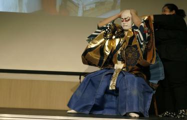 Japoniškų šokių, tradicinio teatro grimo ir kimono pristatymas - Aktorius dedasi peruką
