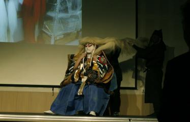 Japoniškų šokių, tradicinio teatro grimo ir kimono pristatymas - Aktoriui tvirtinamas perukas