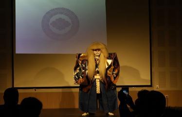 Japoniškų šokių, tradicinio teatro grimo ir kimono pristatymas - Aktorius pasiruošęs pasirodymui
