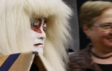 Japoniškų šokių, tradicinio teatro grimo ir kimono pristatymas - Aktorius pozuoja su renginio svečiais