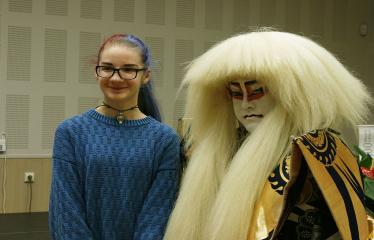Japoniškų šokių, tradicinio teatro grimo ir kimono pristatymas - Aktorius fotografuojasi su renginio svečiais
