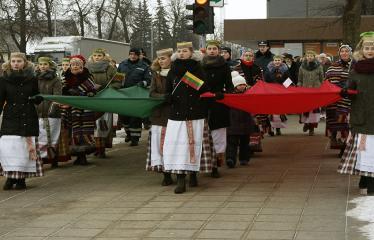 """Lietuvos valstybės atkūrimo diena Anykščiuose (2018) - Varpų sąšauka """"GLORIA LIETUVAI"""" - Lietuvos trispalvė"""