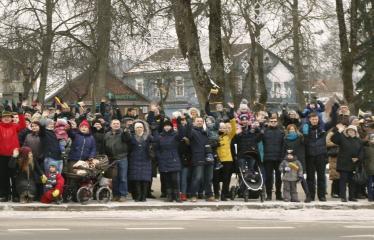 """Lietuvos valstybės atkūrimo diena Anykščiuose (2018) - Varpų sąšauka """"GLORIA LIETUVAI"""" - Anykštėnai fotografuojasi"""