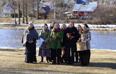 """Pasaulinė iniciatyva """"Žemės valanda"""" (2018) - Žemės valandos minėjimas Šventosios upės pakrantėje - Dainuojamos sutartinės"""