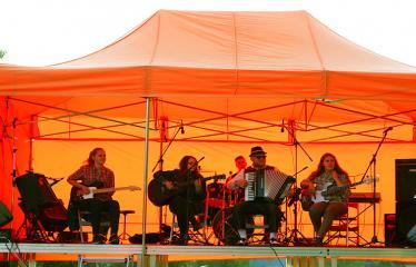 Gatvės muzikos diena Anykščiuose (2018) - Anykščių muzikos mokyklos mokiniai: gitarų trio ir jazz rock kvartetas