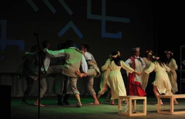 """Šiaurės Europos šalių mėgėjų teatro aljanso (NEATA) festivalis """"Baltijos skrydis"""" - Spektaklis """"Egzaminų sesija. Latvijos folklorinės dainos. Vestuvės"""" - Akimirka"""