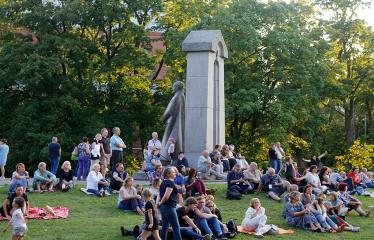 """Festivalis """"Purpurinis vakaras"""" (2018) - Koncertas """"Dovana Anykščiams"""" - Vyskupo A. Baranausko paminklas - Publika"""
