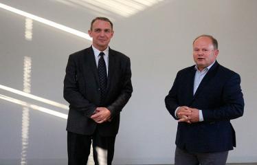 Susitikimas su filosofu ir rašytoju Arvydu Juozaičiu - Arvydas Juozaitis su Anykščių viešosios bibliotekos direktoriumi Romu Kutka