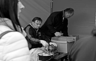 """Derliaus šventė """"Obuolinės"""" (2018) - Pilna programa - Anykščių viešoji biblioteka vaišina obuolių sultimis - Direktorius R. Kutka su kolegomis"""