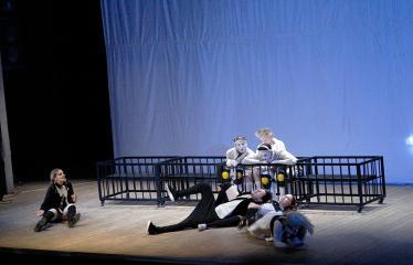 """Nacionalinės dramaturgijos festivalis """"Pakeleivingi"""" (2018) - Alytaus miesto teatras """"(Ne) vaikų žaidimai"""" - Spektaklis"""