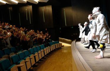 """Nacionalinės dramaturgijos festivalis """"Pakeleivingi"""" (2018) - Alytaus miesto teatras """"(Ne) vaikų žaidimai"""" - Aktoriai ir publika"""