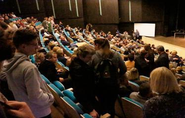"""Nacionalinės dramaturgijos festivalis """"Pakeleivingi"""" (2018) - Juozo Miltinio dramos teatras """"Rūkas virš slėnių"""" - Publika"""