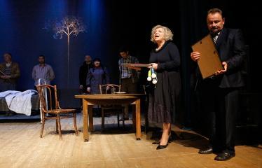 """Nacionalinės dramaturgijos festivalis """"Pakeleivingi"""" (2018) - Juozo Miltinio dramos teatras """"Rūkas virš slėnių"""" - Dijana Petrokaitė ir vicemeras Sigutis Obelevičius"""
