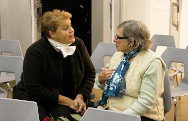 Susitikimas su rašytoju Valdu Papieviu Anykščių bibliotekoje - Elvyra Pažemeckaitė bendrauja su Valdo Papievio mama