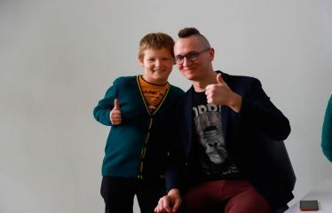Susitikimas su vaikų rašytoju Tomu Dirgėla - Rašytojas Tomas Dirgėla su vaikais